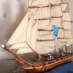 Kuvassa on puinen pienoismalli purjelaivasta, jossa on nuorisotyön Nuokkakarhu-maskotti.