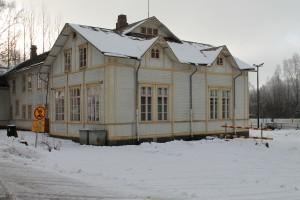 Kuvassa on Pomarkun nuorisotilan rakennus ulkoapäin talvella.