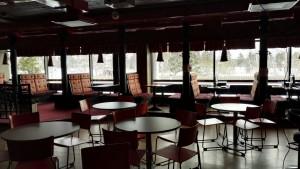 Kuvassa on Kokemäen nuorten nettikahvila sisältäpäin. Kuvassa näkyy tuoleja, pöytiä ja loosseja.