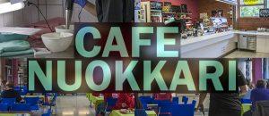 Kuvassa on Cafe Nuokkarin tiski, pöytiä, tuoleja ja astioita.