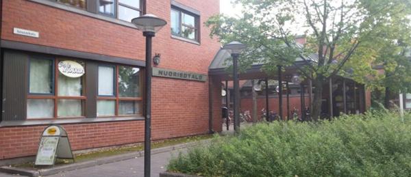 Kuvassa on Porin keskustan nuorisotalon rakennus ulkoa.