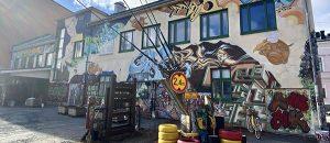 Kuvassa on kulttuuritalo Annis ulkoapäin takapihalta. Talon seinässä näkyy graffiteja.