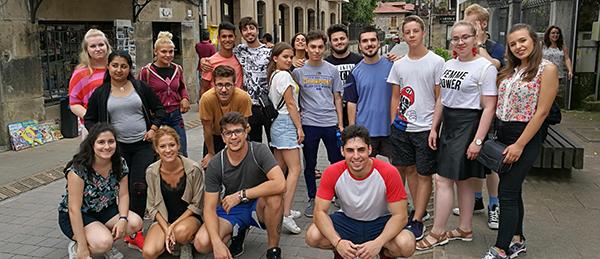 Ryhmäkuvassa on joukko nuoria eri maista.