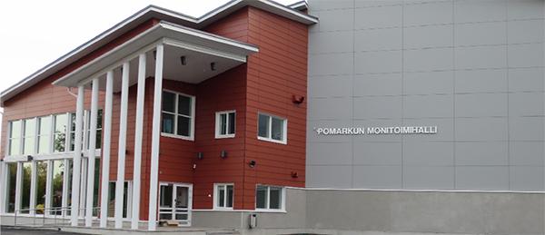 Kuvassa on Pomarkun Monitoimihallin rakennus kuvattu ulkoapäin.