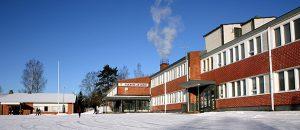 Kuvassa on Pomarkun yhtenäiskoulun rakennus kuvattu ulkoapäin.