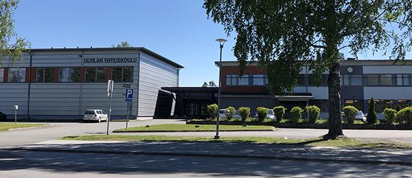 Kuvassa on kaksi matalaa rakennusta ja pihaa.