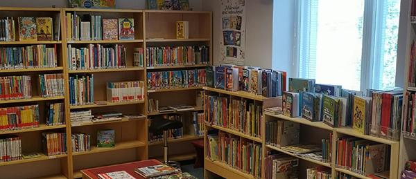 Kuvassa on Kauvatsan kirjaston lasten ja nuorten osaston kirjahyllyt.