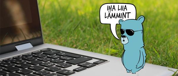 Kuvassa on Nuokkakarhu-maskotti kannettavan tietokoneen päällä.