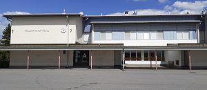 Pellonpuiston koulun piha ja koulurakennus,