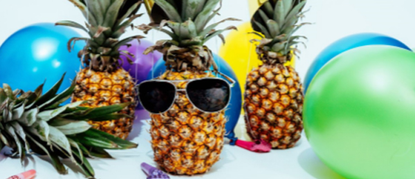 Kuvassa on kolme ananasta ja kuusi ilmapalloa.