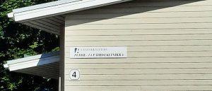 """Kuvassa on puutalo, jonka seinällä lukee """"A-klinikkasäätiö"""" ja """"Perhe-ja päihdeklinikka"""" ja """"4""""."""