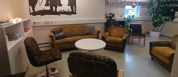 Kuvassa on tuoleja, sohva ja pöytä.