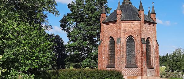 Kuvassa on Pyhän Henrikin saarnahuoneen rakennus ulkoa.