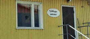 """Kuvassa on keltainen rakennus, jonka seinällä on kyltti. Kyltissä lukee """"Työllisyyspalvelut""""."""