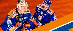 Kuvassa on kaksi jääkiekkoilijaa.
