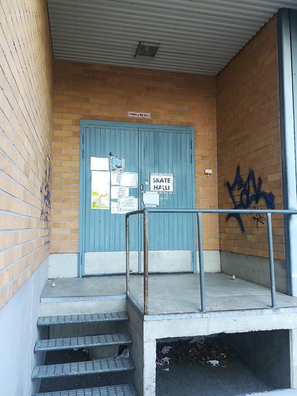 Kuvassa on Skatehallin ulko-ovi ja portaat.