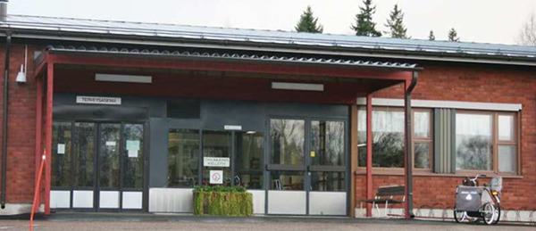 Kuvassa on Merikarvian terveyskeskuksen rakennus ja pääovet.