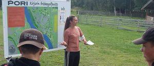 Kuvassa henkilö seisoo Kirjurin Frisbeegolfradan kartan edessä.
