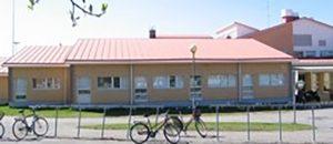 Kuvassa on Merikarvian lukion rakennus ulkoa.