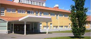 Kuvassa on Merikarvian yhteinäiskoulun rakennus ulkoa
