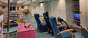 Kuvassa on neljä tuolia, kaapit ja televisio.