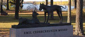 Kuvassa on patsas kahdesta koirasta.