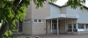 Kuvassa on kirjastorakennus ulkoapäin. Rakennus on valkotiilinen.