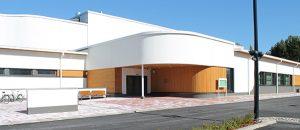 Kuvassa on liikunta- ja uimahallin rakennus ulkoapäin. Rakennus on valkoinen.
