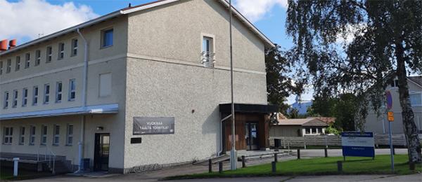 Kuvassa on poliisiaseman rakennus ja pihaa.