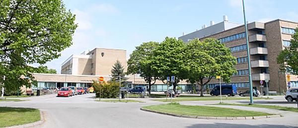 Kuvassa on sairaalan piha ja päärakennus.