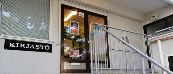 """Kuvassa on ovi, jonka vieressä on kyltti. Kyltissä lukee """"kirjasto""""."""