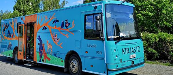 Kuvassa on sininen bussi, jonka kylkeen on maalattu eläimiä ja luontoa.