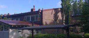 Kuavssa on punatiilinen rakennus ja katoksia.