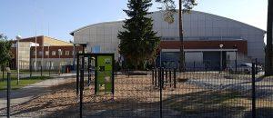 Kuvassa on koulurakennus ja aidattu piha.