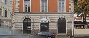 Kuvassa on oranssi-.beige rakennus, jossa on ruskeita ovia.