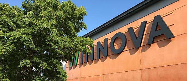 """Kuvassa on rakennuksen seinusta, jossa on isoilla kirjaimilla: """"Winnova""""."""