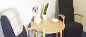 Kuvassa on kaksi tuolia ja pöytä.