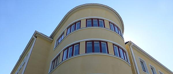 Kuvassa on pyöreä seinäinen rakennus.