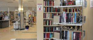 Kuvassa on kirjahyllyjä.