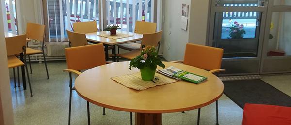 Kuvassa on pöytiä ja tuoleja.