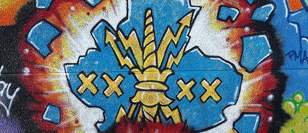 Kuvassa on graffitimaalaus, jossa on Harjavallan kaupungin vaakuna.
