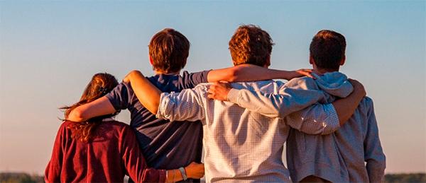 Kuvassa on neljä nuorta selkä kuvaajaan päin.
